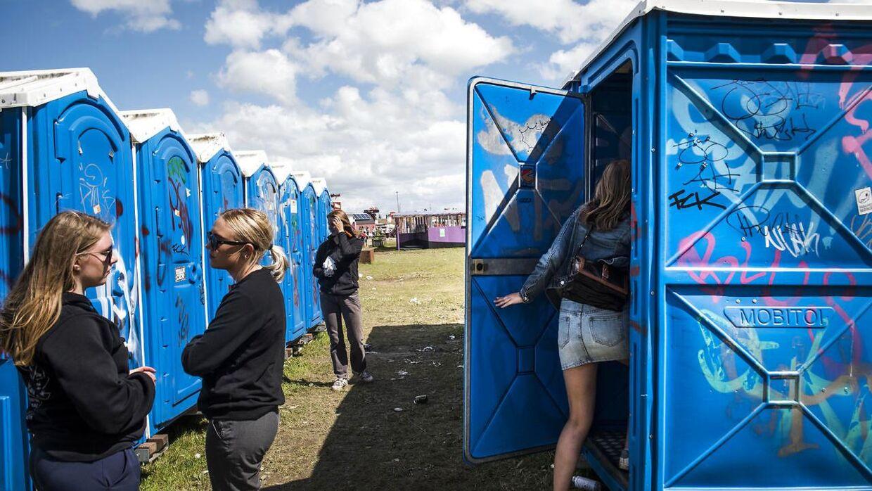 Toiletterne ser på festivallens anden dag stadig nogenlunde overskuelige ud. Roskilde Festival, søndag den 25. juni 2017.