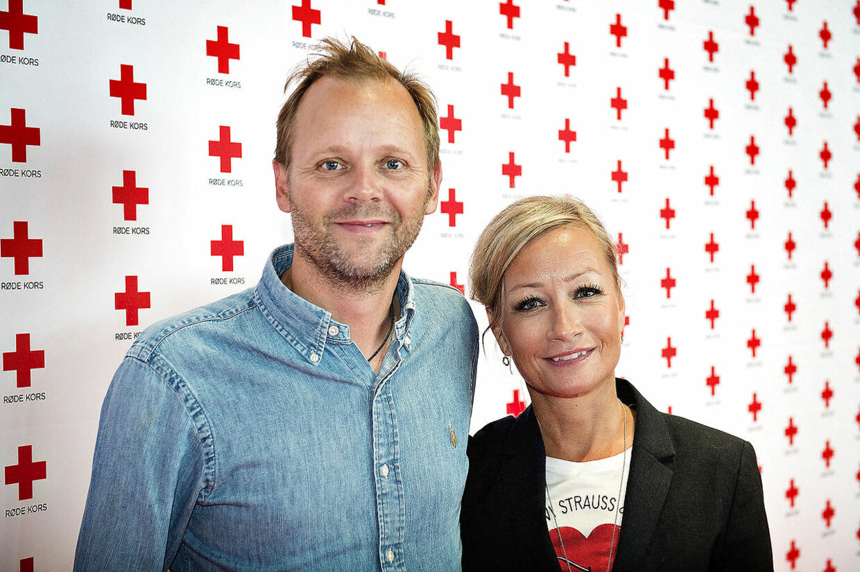 Røde Kors' klub 10 samler igen en stor pose penge ind Tomas Villum Jensen og Maria Montell Når Røde Kors ambassadører fra Klub 10 og Klub 100 mødes 30. juni for at gøre status over årets bidrag til den humanitære indsats, sker det i skyggen af flere voldsomme kriser, som ikke mindst rammer børnene. Klub 10 er en af de vigtige indtægtskilder til Røde Kors' hjælpearbejde og klubben har i det forgangne år samlet et imponerende beløb ind. Hvert år udnævner Røde Kors en ny Klub 10 og de afgående medlemmer indtræder herefter i Klub 100 som Røde Kors ambassadører. I år markeres skiftet ved et arrangement på Rockmuseet Ragnarock i Roskilde 30. juni kl. 11.00.