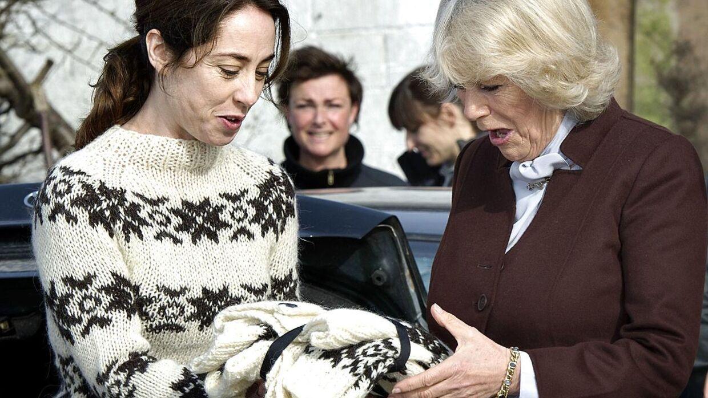 »Er den til mig?« Camilla, Hertuginden af Cornwall, er kæmpefan af 'Forbrydelsen', og da parret var i Danmark på besøg tilbage i 2012, skulle hertuginden selvfølgelig ud og overvære optagelserne. Her fik hun overrakt en vaskeægte 'Sarah Lund sweater'.