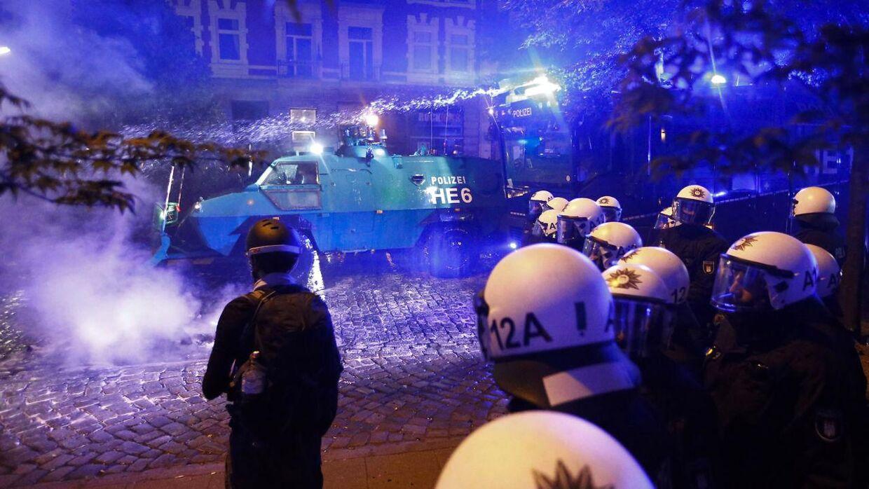 Kampklædte tyske betjente på gaden i Hamborg sent torsdag aften.