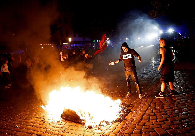 Demonstranter i Hamborg brænder affald på gaden. Sent torsdag aften.