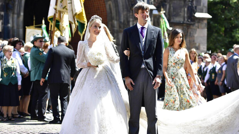 Bruden strålede, da parret forlod Marktkirche kirke i Hannover som ægtepar.