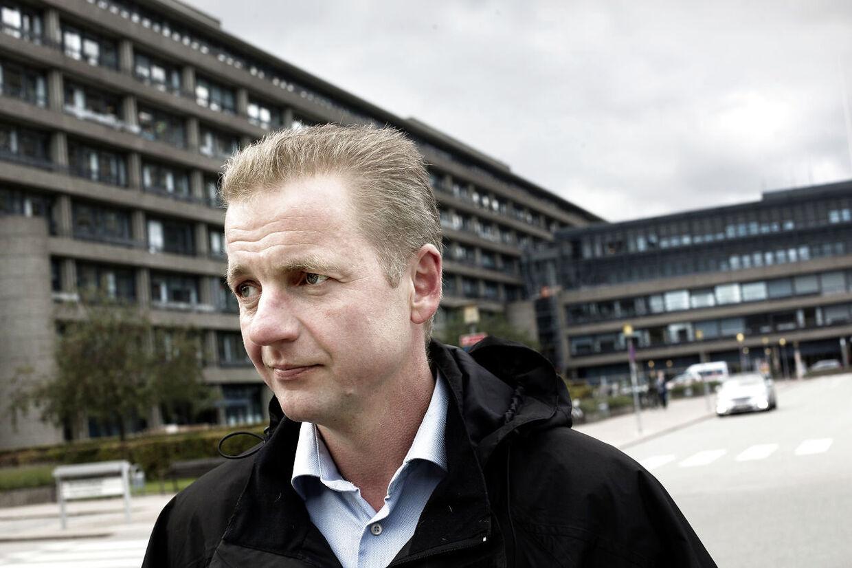 Regionsrådsmedlem for Venstre, Martin Geertsen, vil bede administrationen i Region Hovedstaden om en forklaring på, hvorfor politikerne ikke fik besked om, at den første business case for Sundhedsplatformen opererede med milliontab på hospitalerne.