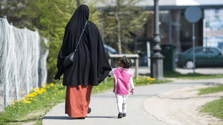Arkivfoto af muslimsk kvinde på Nørrebro tæt på Mjølnerparken sammen med sit barn.