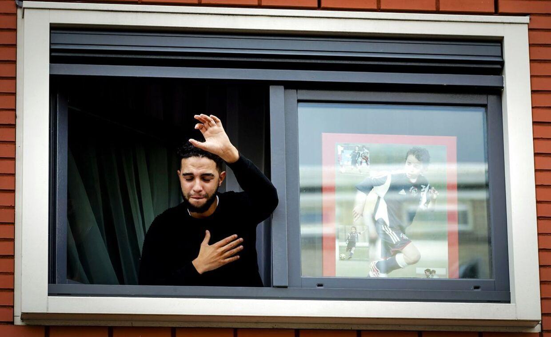 Dybt berørt og med et billede af sin lillebror ved siden af sig tog Abdelhak Nouris anden storebror Mohammed imod støtten fra de tusindvis af fremmødte Ajax-fans.