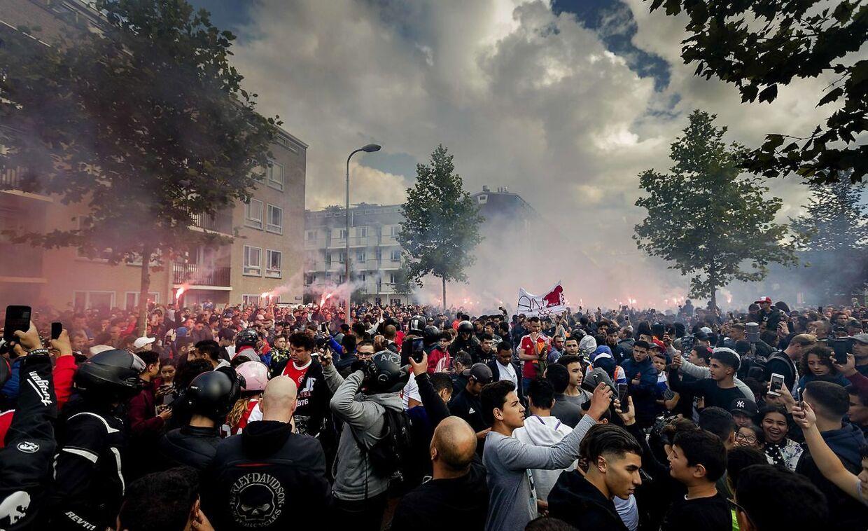 Tusindvis af Ajax-fans var fredag troppet op foran Abdelhak Nouris hjem for at vise deres støtte.
