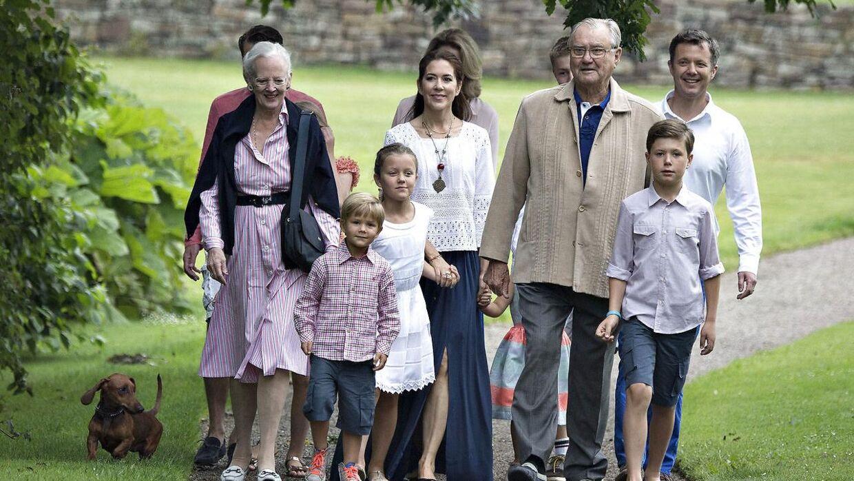 I år bliver det 'kun' regentparret samt kronprinsparret og deres fire børn, som stiller op til den årlige sommerfotografering på Gråsten Slot. I år bliver denne slået sammen med ringridderoptoget, hvor ringridderne kommer på besøg på slotspladsen foran Gråsten Slot.