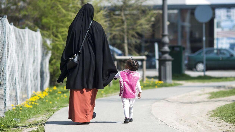 (ARKIV) Billede fra 2013 af muslimsk kvinde på Nørrebro tæt på Mjølnerparken sammen med sit barn. RB PLUS Børn ned til to år skal sprogtestes. Taler de ikke et alderssvarende dansk, skal de i daginstitution. Forsker advarer mod alene at fokusere på børnenes sprog. (Foto: Christian Lindgren/Scanpix 2017)