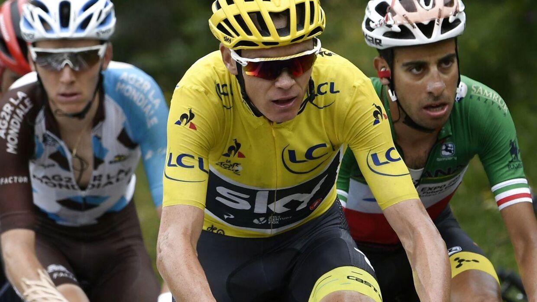 Romain Bardet (tv) opfordrer de franske fans til ikke at genere den førende rytter i Tour de France, Chris Froome (im).