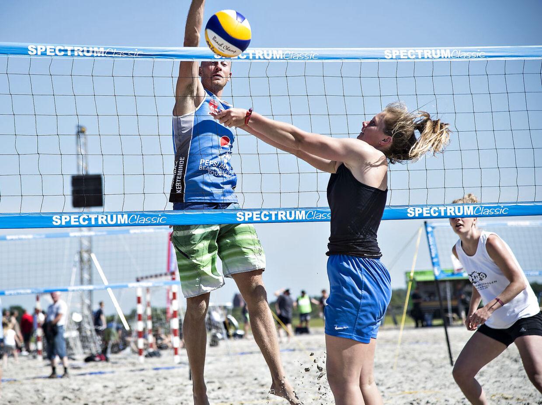 5. Beachvolley»Beachvolley er absolut også en af de mest effektive og sjove spil, der kan bruges sommertid på. Fordi sandet nærmest stjæler dit afsæt i alle dine skridt og hop, forbrænder man mere, og musklerne bliver meget udfordret. Læg mærke til, når du ser professionelle beachvolley-spillere, hvor flotte og velformede deres kroppe er. Det er fordi underlaget simpelthen udfordrer dem ekstra meget,« siger Anne Bech.Kvinde på 65 kilo: 35 minutterKvinde på 75 kilo: 30 minutterMand på 80 kilo: 30 minutterMand på 90 kilo: 25 minutter