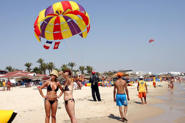 Turister og lokale på stranden ved Sousse i Tunesien.