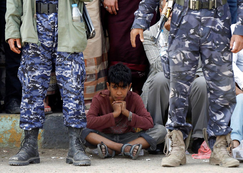 En lille dreng venter tålmodigt på øjeblikket, hvor henrettelsen skal finde sted.