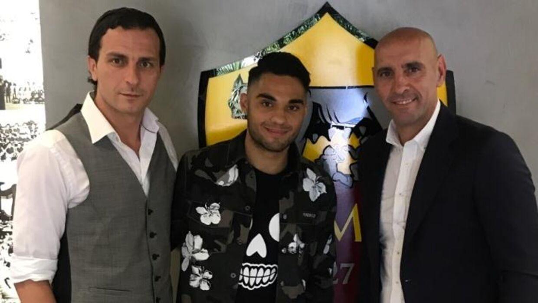 Rezan Corlu har skrevet under med AS Roma. Her står han i midten. Til venstre ses hans rådgiver Evren Sahin, og til højre står Monchi, sportsdirektør i AS Roma.