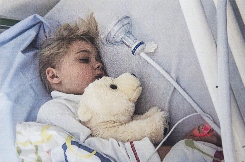 Clara har ofte været indlagt på hospitalet pga. sin sygdom.