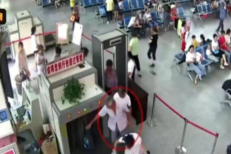 Her ses den 50-årige man tage sin baggage ud af sikkerhedsscanneren.