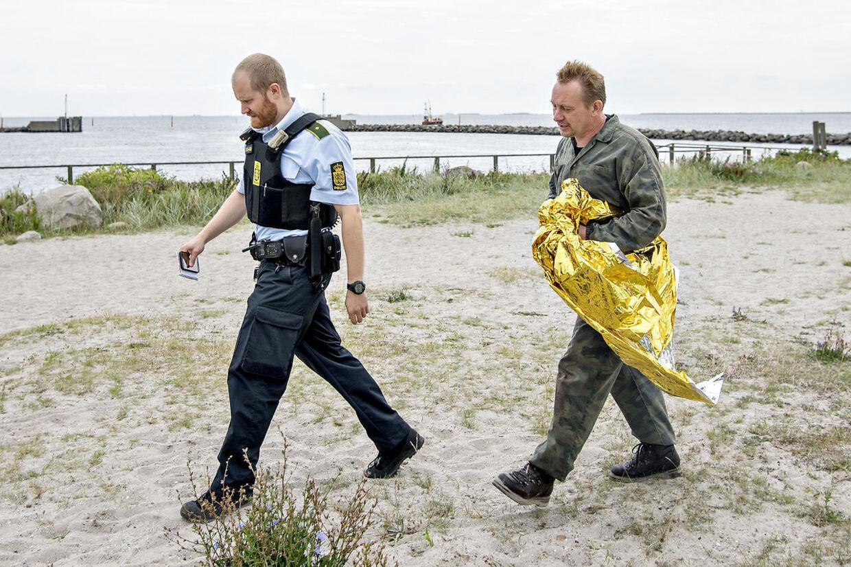 En privat ubåd med to personer om bord er meldt savnet, efter den ikke er vendt tilbage til sin kajplads. To redningshelikoptere og tre skibe fra Forsvaret søger fredag morgen efter en privatbygget ubåd omkring Københavns havn. Her Peter Madsen sikkert i land.