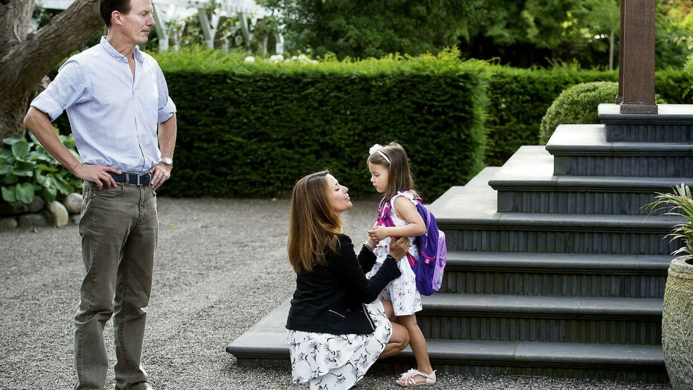 Ligeså stille listede prinsesse Athena ned ad trappen, og prinsesse Marie forsøgte at tale lidt med hende, inden der skulle tages billeder.