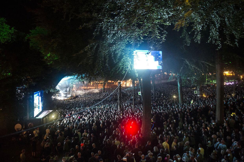 Pladsen foran Bøgescenerne var helt proppet under fredag aftens Nik & Jay-koncert. (Foto: Helle Arensbak/Scanpix 2017)