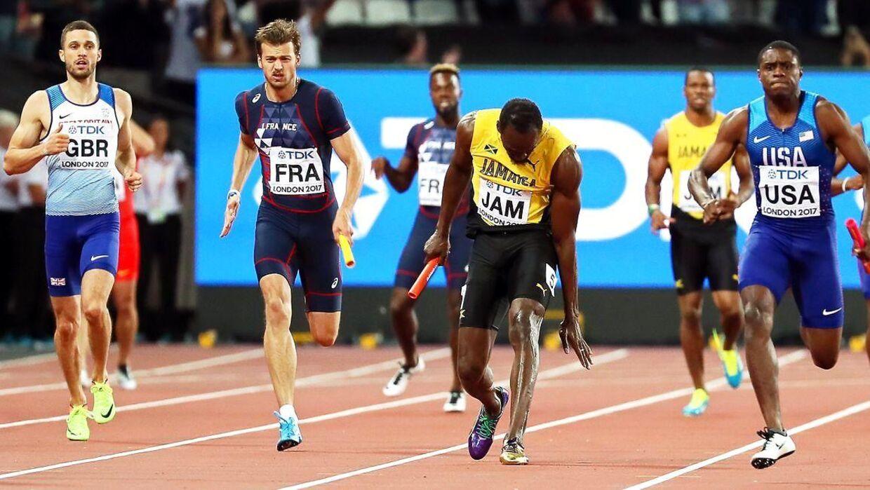 Her går det galt for Usain bolt (im) i VM.finalen i 4 x 100 meter. Han bliver skadet og må opgive at fudføre løbet, som var hans afskedsløb i international atletik.