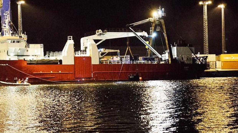 Ubåden bugseres i Nordhavn