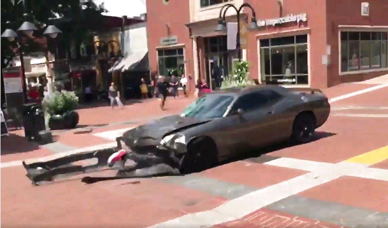 Det er denne bil, der lørdag middag amerikansk tid mejede adskillige demonstranter ned i byen Charlottesville i Virginia.