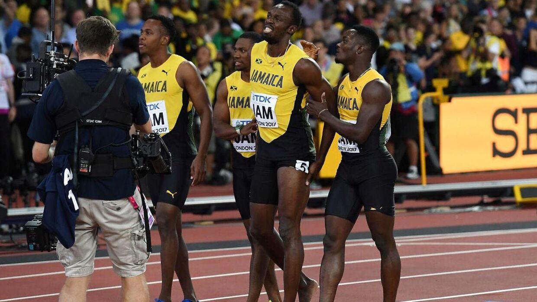 usain Bolt (to fra højre) blev skadet i sit allersidste løb, som var VM på 4 x 100 meter. Bagefer blev han ved med at undskylde til sine tre holdkammerater på Jamaicas stafethold.