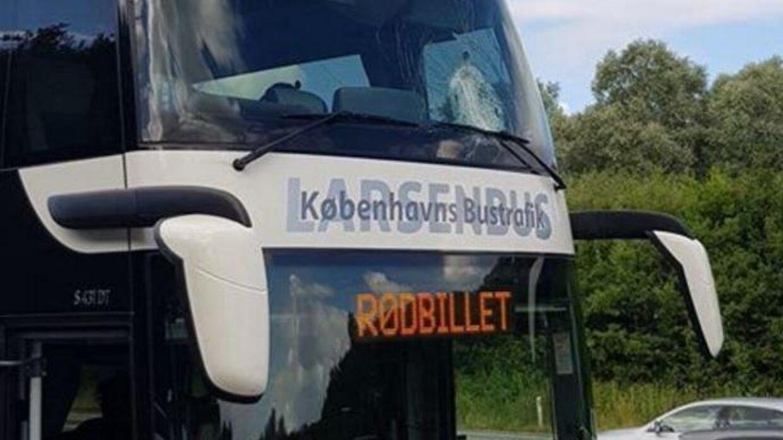 En bus fra selskabet Rød Billet blev søndag ramt af en sten fra en motorvejsbro.