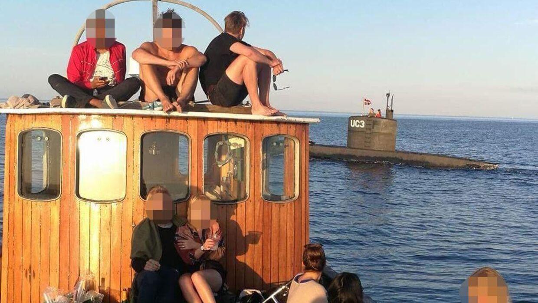 Her ses de unge mennesker og ubåden i baggrunden.