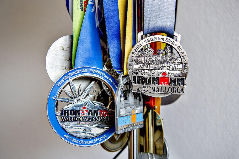 Et udpluk af Ole Hansens mange medaljer.