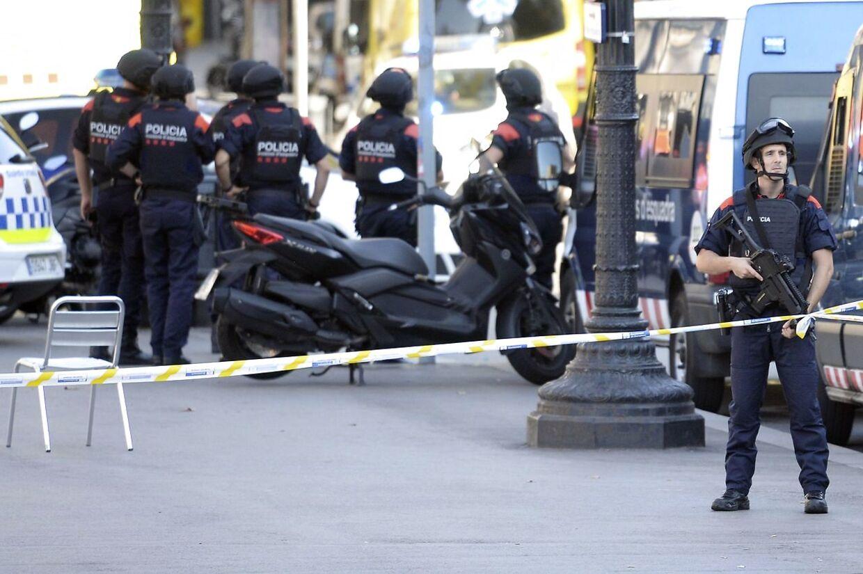 Tungt bevæbnet politi patruljerer i Barcelonas gader i timerne efter, at et terrorangreb ramte byen.