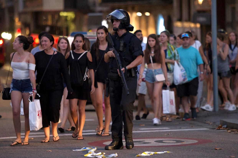 Politiet har evakueret hele området omkring La Rambla ved Placa Catakunya i Barcelona.