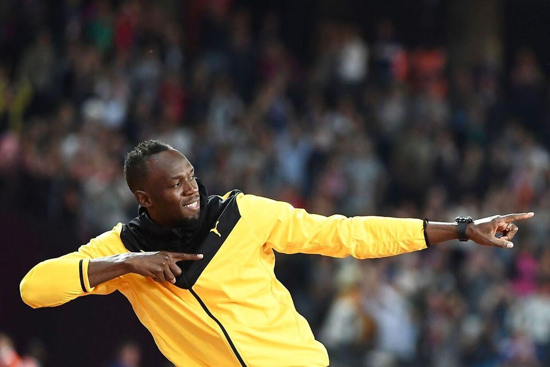 Bolt sluttede sin æresrunde med at lave sin karakteristiske positur »Bolting«, da han krydsede målstregen en sidste gang på æresrunden.