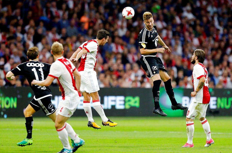 Bendtner var tæt på at gøre det til 1-0 i første halvleg, men måtte se sin chance reddet på stregen af en forsvarsspiller.