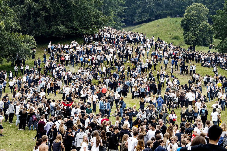 Omkring 7.000 gymnasieelever var fredag taget ud i Dyrehaven for at deltage i den årlige fest for nye gymnasieelever.