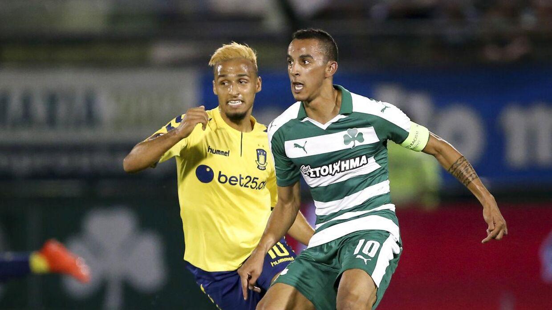 Panathinaikos' Zeca (th.) kæmper om bolden med Brøndby IFs Hany Mukhtar. Grækerne vandt opgøret over to kampe og sendte danskerne ud af Europa League sidste sæson.