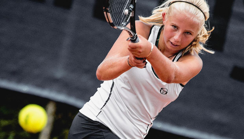 Clara Tauson er blot 14 år gammel, men tennistalentet er så tydeligt, at hun ofte bliversammenlignet med Caroline Wozniacki.