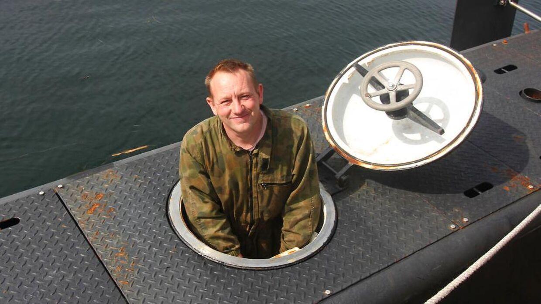 Det er ikke nemt at bugsere en afdød person ud af Nautilus. Her ses Peter Madsen ved den ene af de to indgangsluger, som er 52 centimeter i diameter.