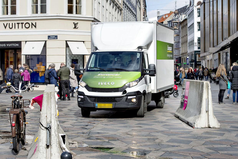 Byens beskyttende beton. Mange steder i København har myndighederne sat store betonblokke op for beskytte folk mod lastbilterror, som det man så i Berlin og Stockholm. Her er det Strøget ved Storkespringvandet, hvor lastbilerne nemt kører uden om betonklodserne.