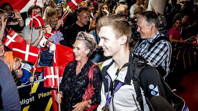 Viktor Axelsen med sin mor, Gitte, i Københavns Lufthavn mandag den 28. august 2016.