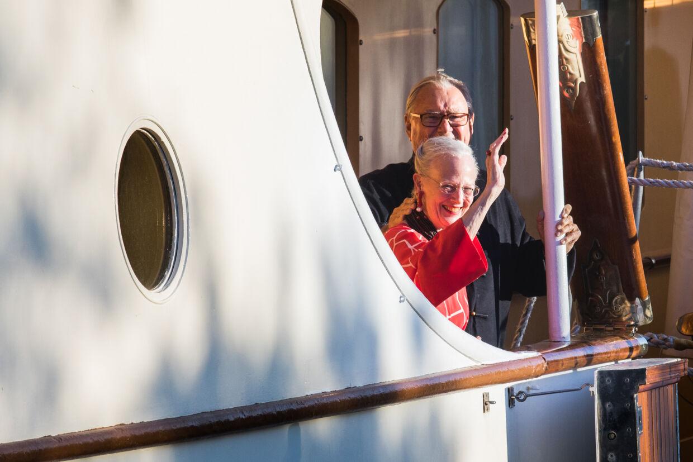 Det var et glad regentpar, der sammen vinkede ud til folk fra en sidedør på Dannebrogs underste dæk kort tid før resten af den kongelige familie ankom for at fejre prins Nikolais 18 års fødselsdag.