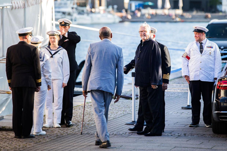 I anledning af H.H. prins Nikolais 18 års fødselsdag holder H.M. Dronningen kl.19.00 mandag d. 28. august 2017 middag på Kongeskibet Dannebrog der ligger til kaj ved Amaliehaven. deltagerne er den kongelige familie - Prins Henrik ankommer. (Foto: Martin Sylvest/Scanpix 2017)