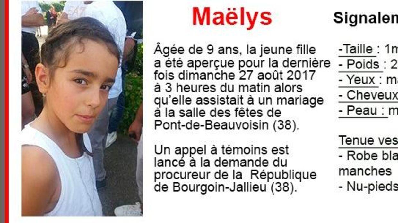 Det franske politi har via Twitter udsendt denne efterlysning af en ni-årig fransk pige, som forsvandt fra et bryllup i weekenden.