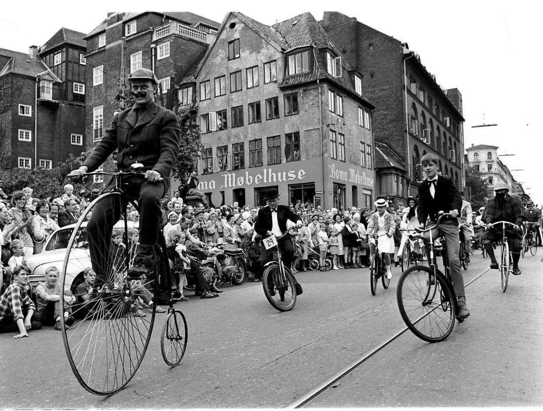 Danmark 1967 til Københavns 800 års jubilæum. Et af indslagene i underholdningen var et historiske optog, hvor de optrædende var klædt ud og kom cyklende på de forskellige cykler, som har været i brug op gennem tiden.