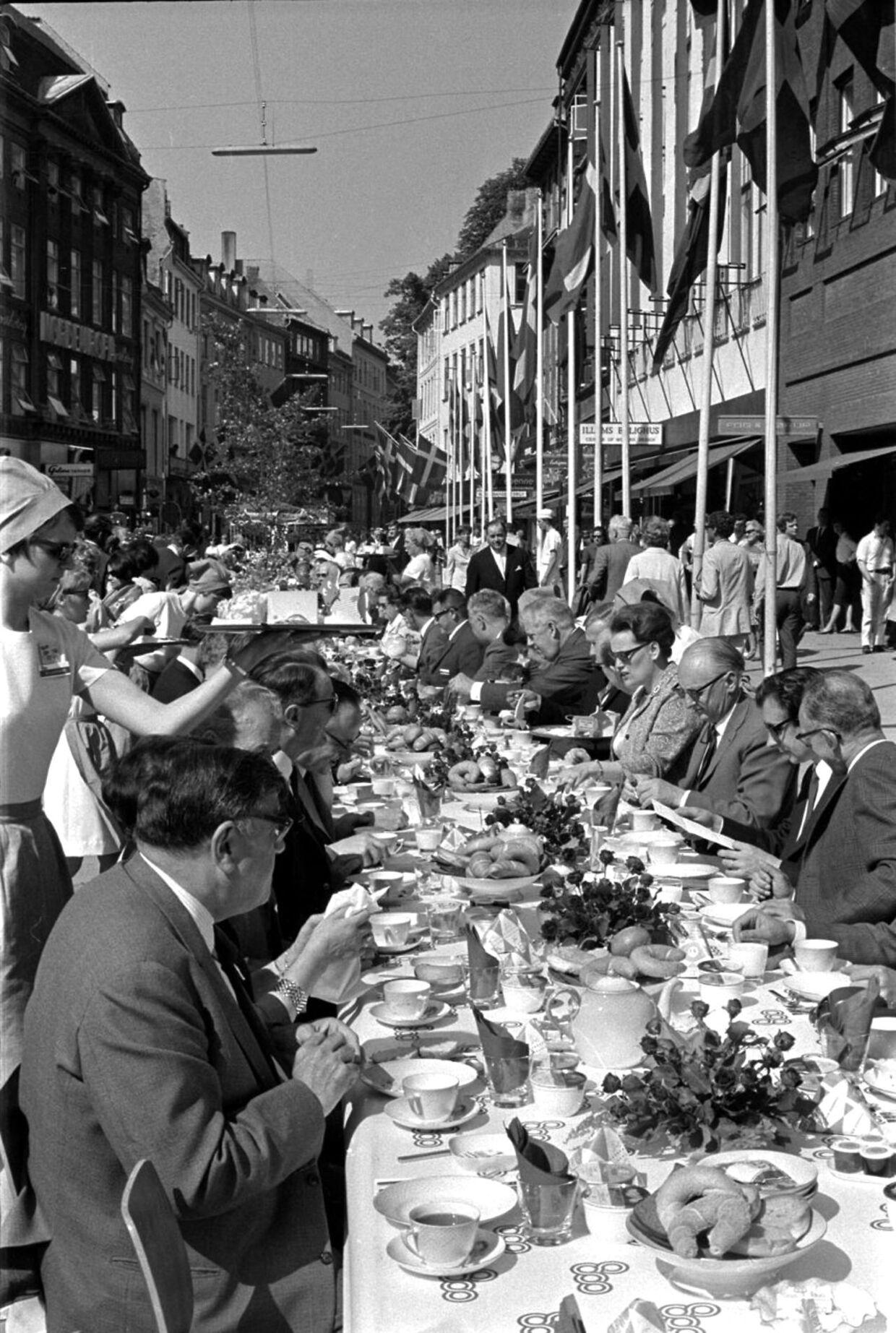 Kaffebordet var ikke en lukket fest. Tværtimod var alle byens borgere og turister inviteret med til fejringen af Københavns 800-års jubilæum. Ifølge Københavns Stadsarkiv blev der brygget 80.000 kopper kaffe og bagt 70.000 rådhuspandekager til gæsterne. Produktionen af de mange pandekager foregik på gammeldags vis med smedejernspander og tog hele 14 dage.
