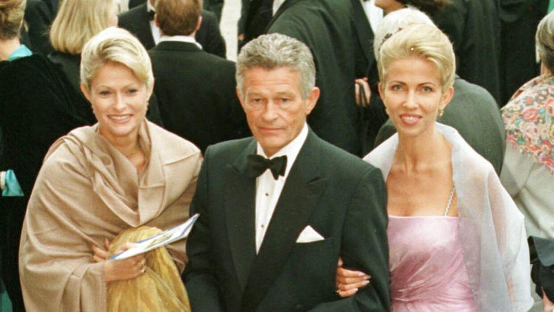 Peter Zobel ses her med sin datter, Rigmor (tv), og sin kone Henriette Zobel (th) dagen før brylluppet mellem prins Joachim og prinsesse Alexandra i Gråsten.