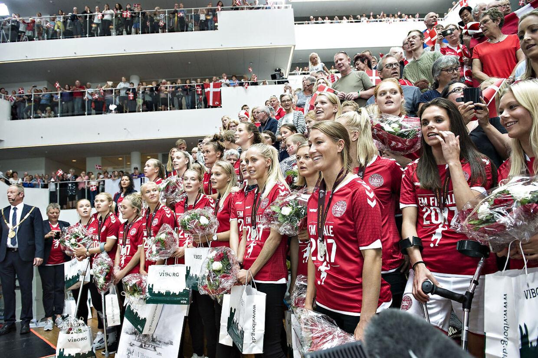 Kvindelandsholdet blev mandag eftermiddag den 7. august hyldet på Viborg Rådhus efter hjemkomsten til Danmark med sølvmedaljer. Kvindelandsholdet har hjemmebane på Viborg Stadion.