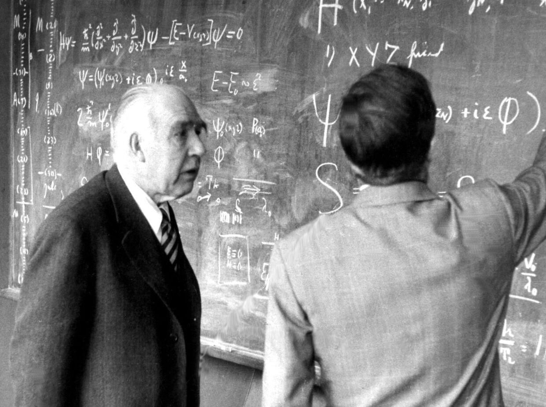 Fysikeren Niels Bohr underviser elev.