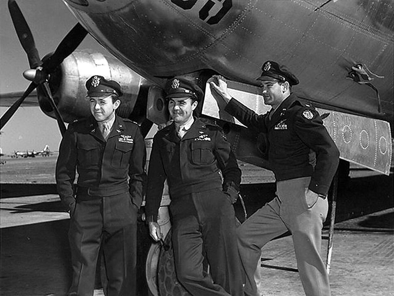 De tre piloter fotograferet umiddelbart efter, at de har kastet verdens første atombombe den 6. august 1945.