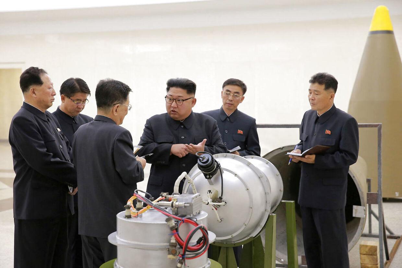 Nordkoreas diktator Kim Jong-un giver angiveligt gode råd til lederne af landets atomprogram.