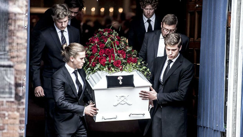 Erhvervsmanden Peter Zobels to sønner var med til at bære hans kiste ud fra kirken.